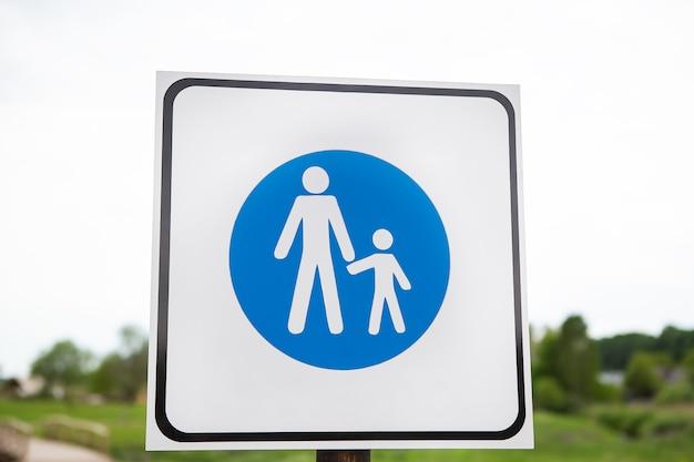 Дорога синий знак взрослых и детей. концепция безопасности и осторожности. правила техники безопасности.