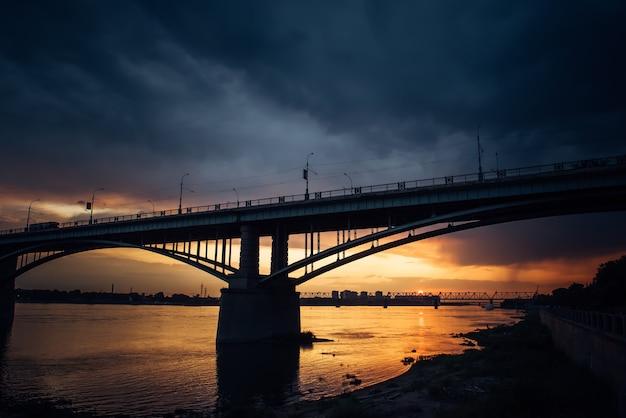 夕暮れ時のオビ川に架かる道路橋
