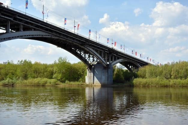 Автомобильный мост через реку