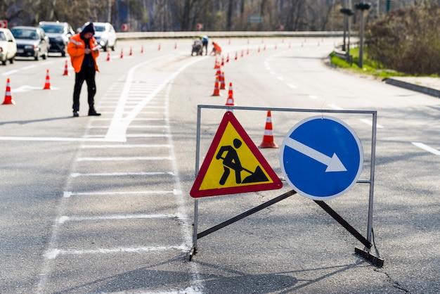 道路の車の標識道路の修理と方向の交通
