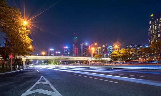 Архитектура road city nightscape и нечеткие автомобильные фары