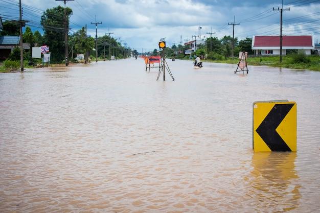 洪水のために道路が閉鎖された