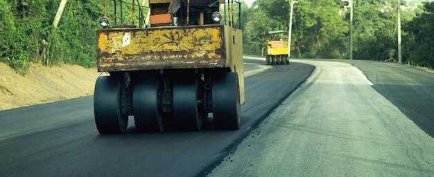 Дорожно-строительная техника рабочие за рулем дорожно-ремонтной техники