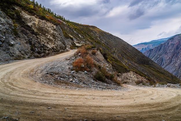 도로는 katuyaryk 패스에서 chulyshman 강의 계곡으로 내려갑니다. 알타이, 러시아