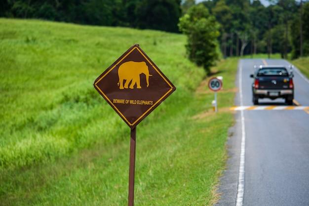 태국에서 도로 코끼리 교통 표지 조심