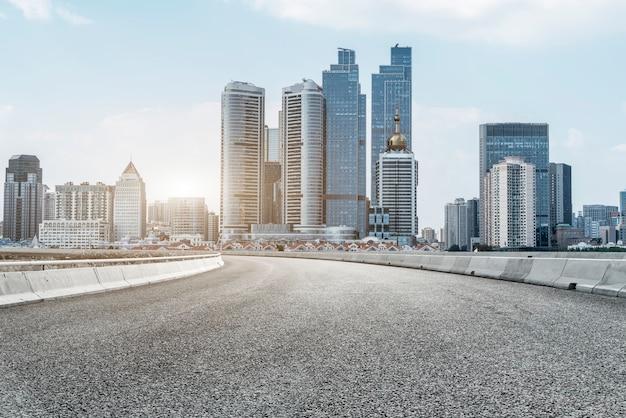 Дорожная площадка и современный архитектурный пейзаж горизонта китайского города