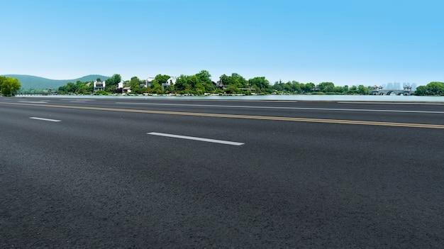 道路の地面と屋外の自然景観