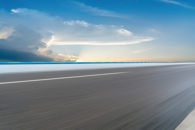 道路の地面と空の雲の風景