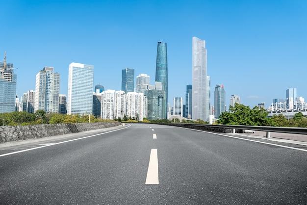 Дорожный грунт и городской архитектурный ландшафт