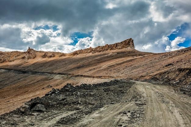 在喜马拉雅山的路与山