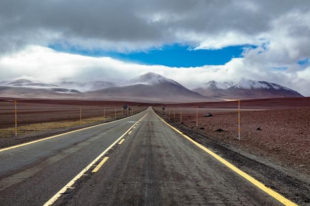 Дорога в пустыне атакама саванны, горы и вулкан пейзаж, чили, южная америка