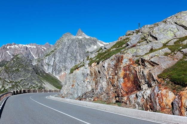 Дорога в итальянских альпийских горах летом