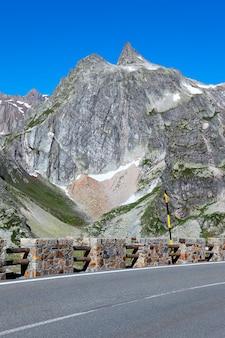 夏のイタリアアルプス山の道