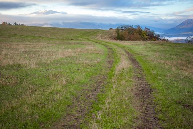 Дорога в горной долине на голубом небе