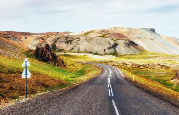 山の道。アイスランド。