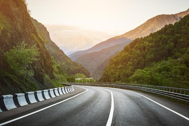 Дорога в горах. Premium Фотографии
