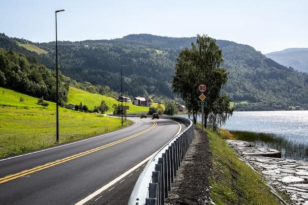 Дорога в норвегии через горы, холмы и фьорды.