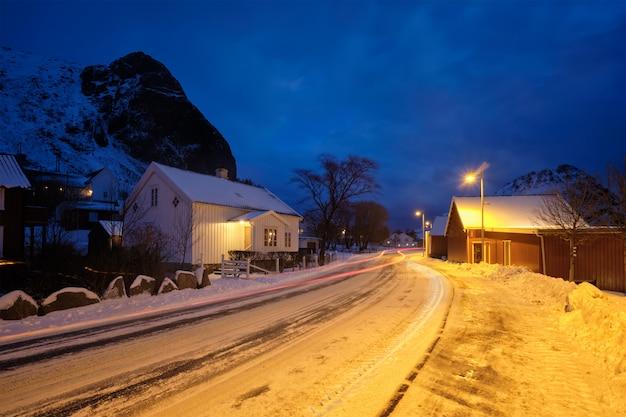 夜、ノルウェーの赤の伝統的なrorbue家のあるランベルク村の道