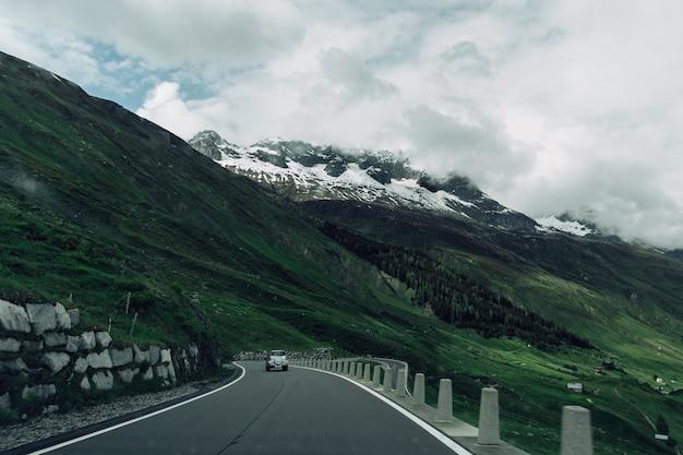 Дорога в горах швейцарии в летнюю пасмурную погоду