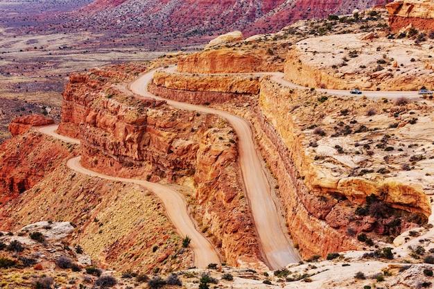 米国ユタ州のキャニオンランズ国立公園の道路