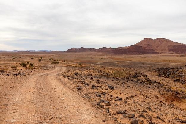 砂漠、サハラ砂漠、モロッコの道