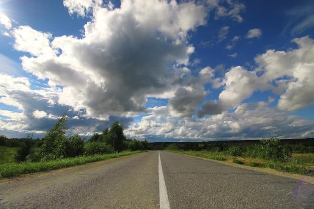 フィールド曇り風景の中の道路