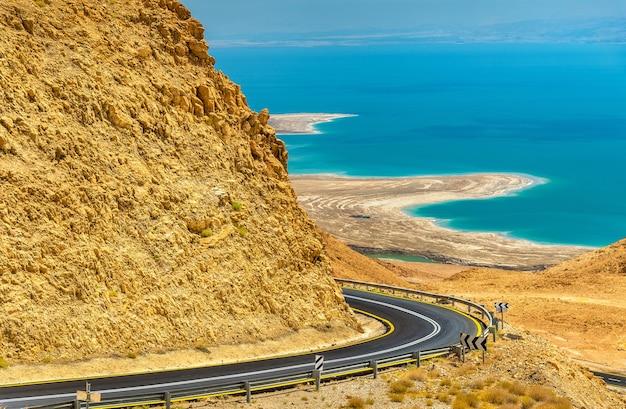 死海近くのジュダイアン砂漠の道路-イスラエル