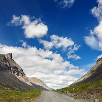 Дорога в горах хибин, кольский полуостров, россия