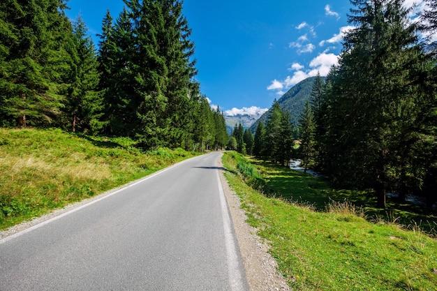 オーストリアのアルプスの山々の道