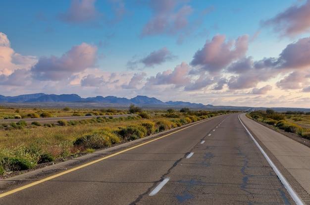 고속도로의 여러 차선보기의 산에서 도로