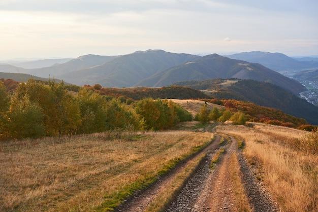 山の中の道。素晴らしい秋の山の風景