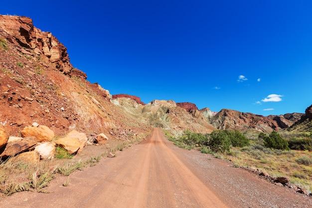 Дорога в стране прерий. пустынный природный ландшафт.
