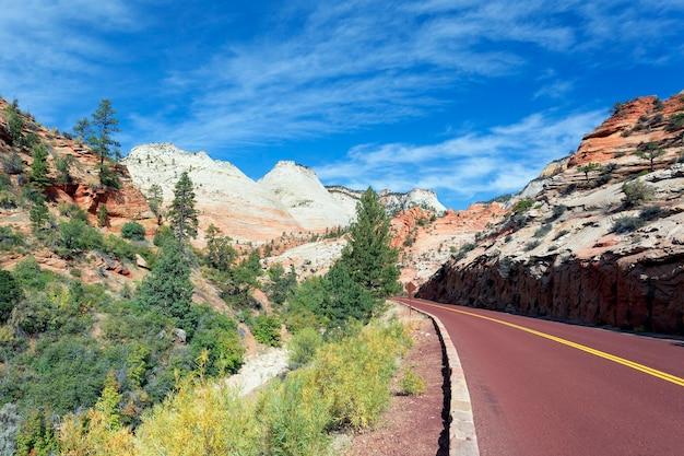 アメリカ、秋にザイオン国立公園の道路