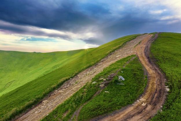 山の頂上に通じる道。山道のある美しい自然景観