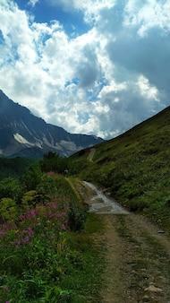 Дорога ведет к вершине горы