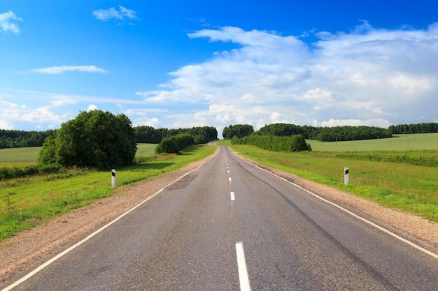 春夏シーズンの田園地帯にある道路