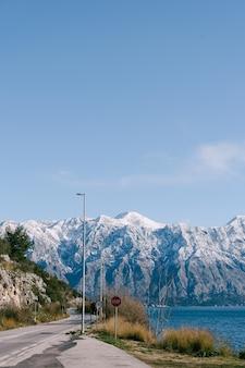 코 토르 베이의 perast 몬테네그로 눈 덮인 산 정상 근처의 도로