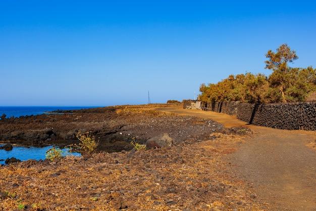Дорога у моря на острове линоза, сицилия