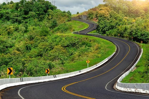 태국 nan 지방의 녹색 정글이있는 산 꼭대기의 도로 3 번