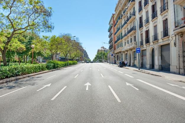 Дорога по улице города. городской пейзаж с городским движением в барселоне, испания