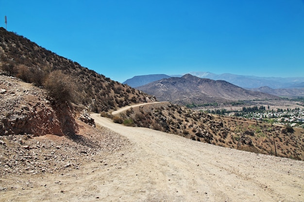 Дорога на холме недалеко от города лос-андес, чили