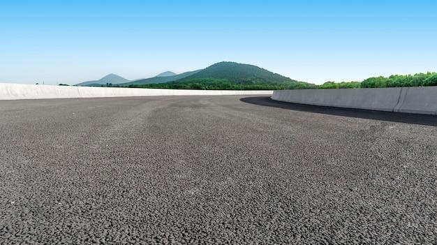 Дорожное покрытие и природный ландшафт ландшафта