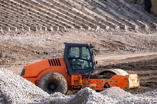 도로 롤러 링크는 새로운 고속도로 건설 작업. 중공업 기계가 도로를 건설하십시오.