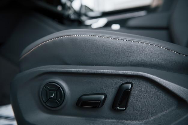 交通安全。ブランドの新しいモダンな高級車のインテリアのクローズアップ表示