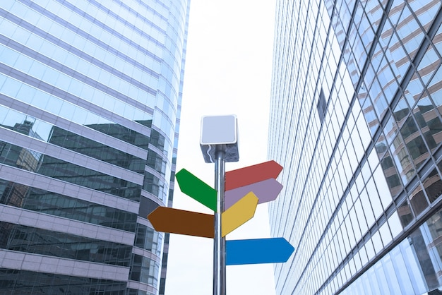ダウンタウンの近代的なオフィスビルの間の道路標識
