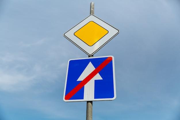 青空の背景に道路標識幹線道路と一方通行の道路標識