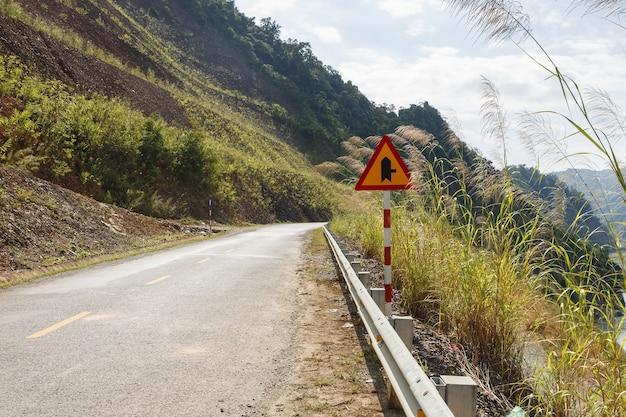 山道、ベトナムの道路標識