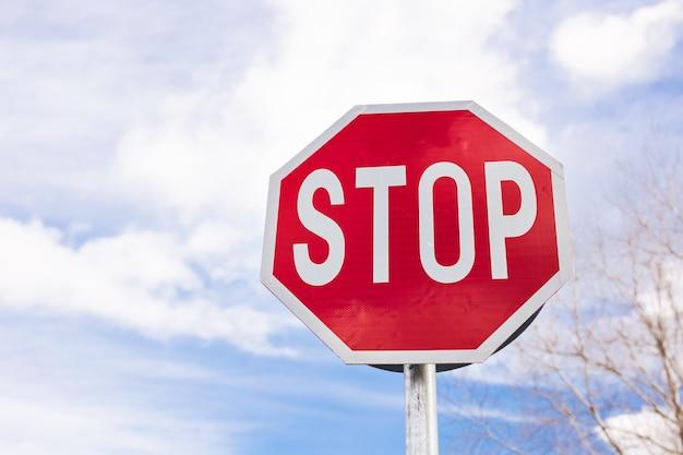 曇り空の道路標識停止