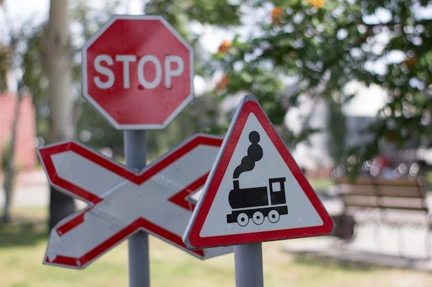 遊び場の道路標識踏切の標識