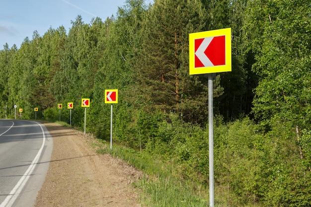 危険な道路カーブを警告する道路標識。危険なターン。